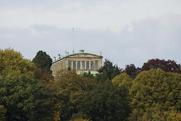 Villa Hügel in Essen im herbstlichen Wald, Deutschland