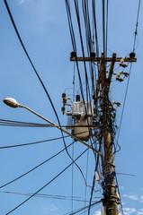 Stromkabel und Mast