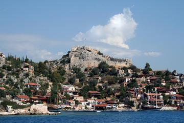 Вид с моря на древнюю деревню и крепость Симена