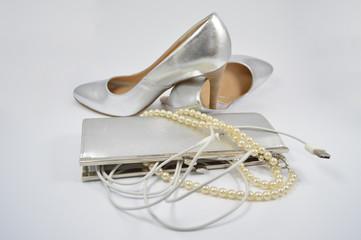 Szpilki, torebka, perły, kabel