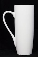Белая чашка, черный фон