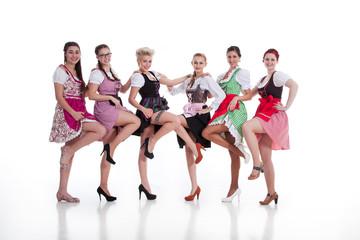 Frauen im Dirndl tanzen und zeigen sexy Beine