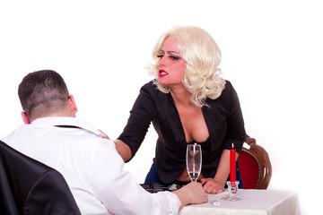 Paar streitet beim Abendessen