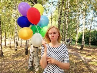 Frau mit Ballons im Birkenhain