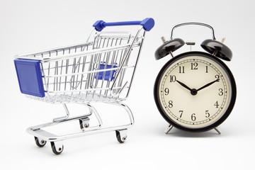 carro de compra y reloj despertador