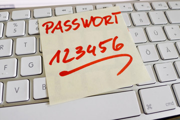 Notiz auf Computer Tastatur: Passwort 123456