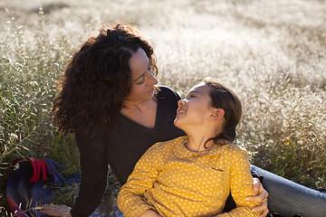 Madre e hija mirándose amorosamente en el campo