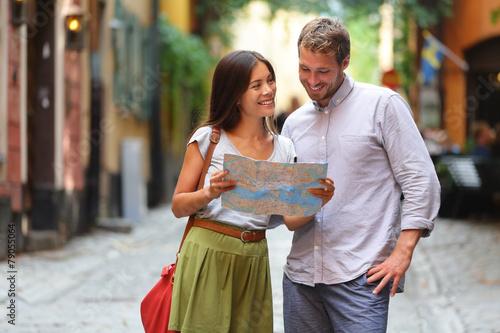 Sztokholm turystów para patrząc na mapę.
