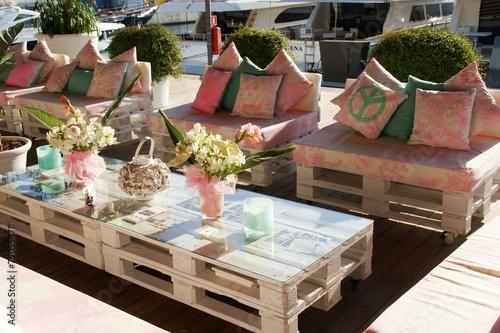 Leinwandbild Motiv Sessel und Tische aus Europaletten