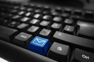Mail und Kontakt Symbol auf Tastatur - blaue Taste