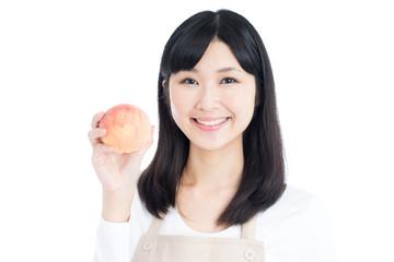 桃を持った女性