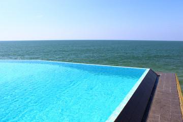 Бассейн в отеле Saman Villas на скале у индийского океана