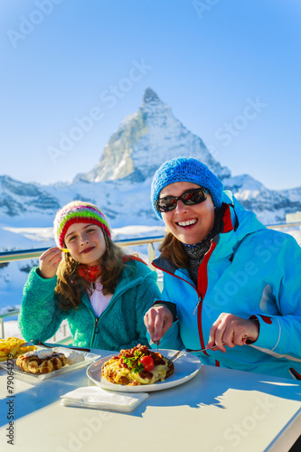 Winter, ski - skiers enjoying break for lunch - 79064279