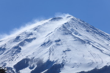 雪煙舞う富士山