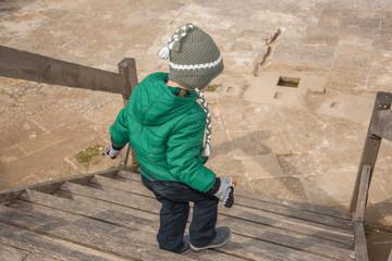 Merdivenden inen çocuk