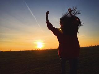 Frau hüft Richtung Sonne