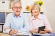 Paar Senioren macht Steuererklärung