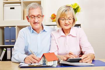 Paar Senioren bei Planung für Baufinanzierung
