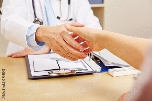 Hände schütteln beim Besuch beim Arzt - 79081005