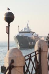 Venezia, nave in laguna