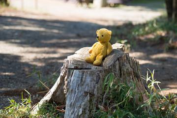 切り株に座る熊の縫い包み