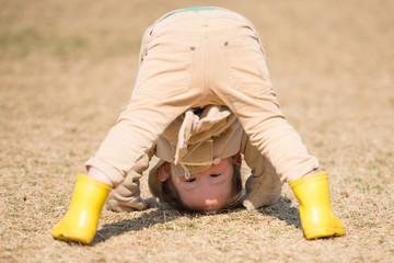 芝生で元気に遊ぶ子供