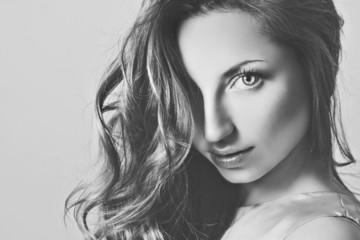 Портрет красивой молодой женщины черно-белое фото