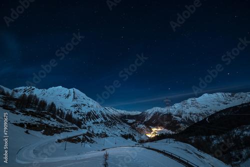 Deurstickers Alpen La Thuile ski resort at night