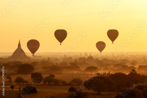 Foto op Aluminium Ballon air balloons over Buddhist temples at sunrise. Bagan, Myanmar.