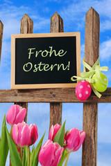 Zaun mit Ostereiern und Tulpen, Frohe Ostern!
