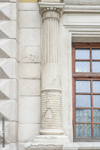 Foto op Plexiglas Wand old columns on a building with a crack