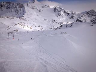 skipiste mit tiefschnee in den Alpen