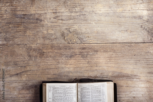 Leinwanddruck Bild Bible on a wooden desk