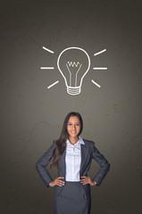 Innovative junge Geschäftsfrau hat eine Vision / Idee