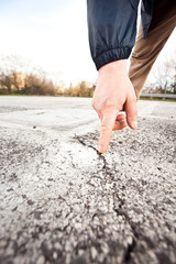mano_crepa_asfalto