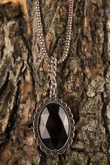 Colgante negro brillante sobre madera