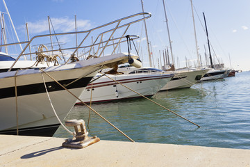 Mooring yachts in the dock