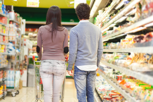 Couple shopping in a supermarket - 79106814