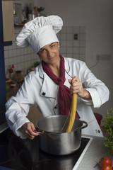 Köchin macht Spaghetti