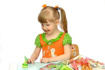 девочка смотрит на конфету