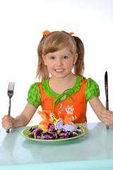 девочка кушает конфеты