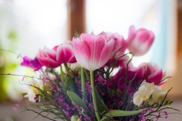 Ein schöner Tulpenstrauß vor einem Fenster