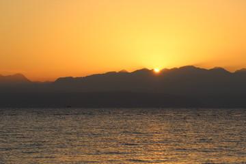 Красивый восход солнца в горах Иордании у Красного моря
