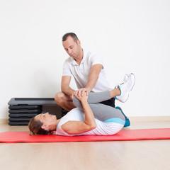 Frau macht freeletics mit Trainer
