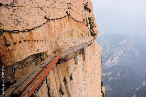 Tuinposter Alpinisme Dangerous walkway at top of holy Mount Hua Shan, China
