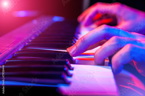 Leinwanddruck Bild hands of musician playing keyboard