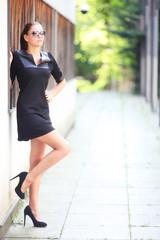 Portrait einer sexy Frau im kleinen Schwarzen