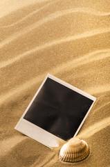 sabbia con conchiglia e cartolina