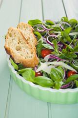 Gemischter Feldsalat mit Zwiebelringen, Tomaten und Parmesan