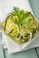 Zucchini Salat mit Nudeln